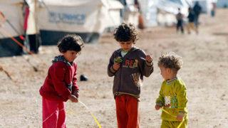 حملة شبابية تركية لتأمين الكساء للأطفال السوريين